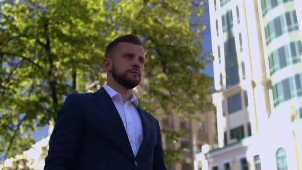 fiatal vállalkozó séta a városban
