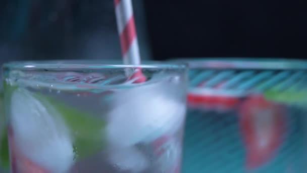 koncentrált oldalnézetből a szalma hozzáadása a pohárba
