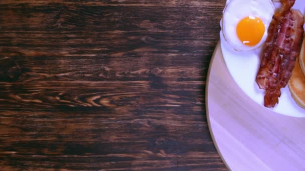 pohled shora na tradiční americká snídaně