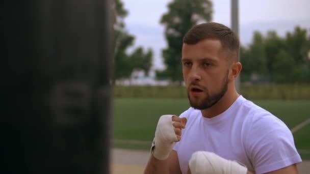 Sacco da boxe boxe uomo