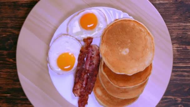 Frühstück auf einem Tablett Rollen