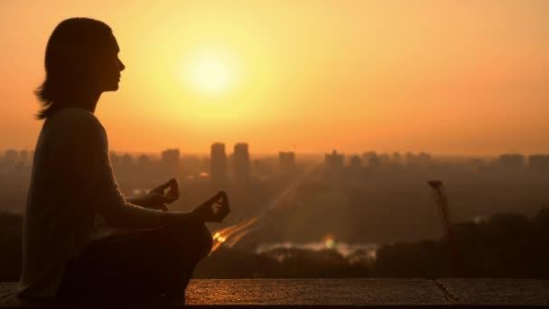meditazione in Alba urbano della città