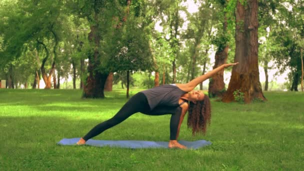 Kavkazská sportovkyně praktikování jógy na open air