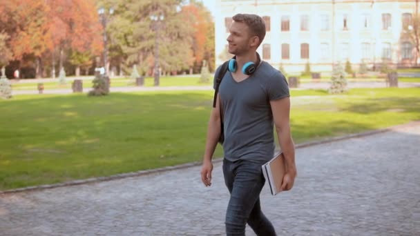 bělošský student s procházky v městském parku