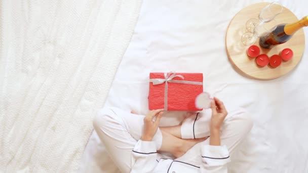 žena s dárkem pro přítele doma