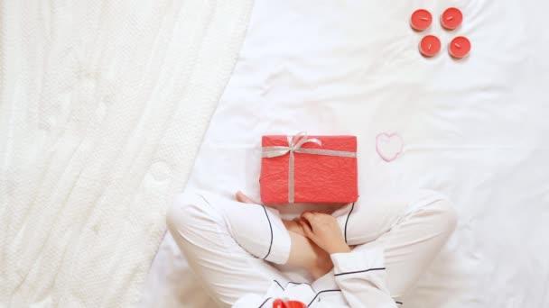 přítelkyně s dárkem pro přítele doma