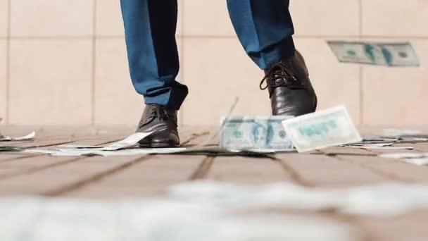 Detail nohy podnikatel tanec a házet peníze. Zpomalený pohyb. Úspěšné podnikání nebo výhra v loterii