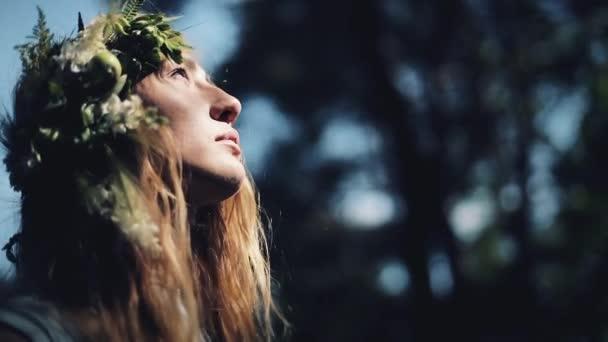 Portrét mystické dívku v lese drží rituál. Oblečená v dlouhých šatech s věncem na hlavě. Čarodějnice, esoterické sezení, magie, věštění, mimolidské