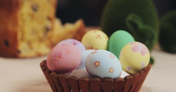 Zblízka matku a dceru ruce dát velikonoční vejce v košíku. Velikonoce. Příprava na vánoční večírek