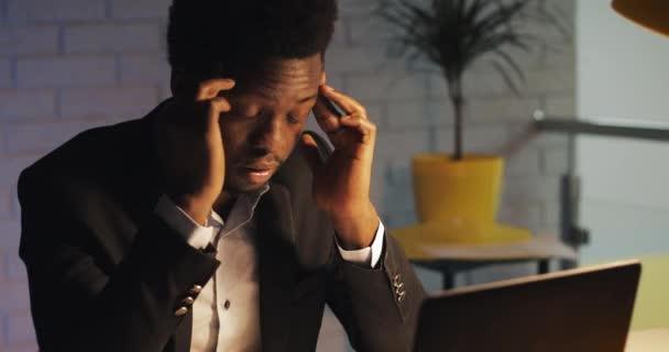 Unavený a vystresovaný obchodník s bolestmi bolestí hlavy, který pracoval pozdě v kanceláři. V noci tvrdě pracuje na svém notebooku. Kancelářskou pracovnicí, na volné noze. Workoholik.