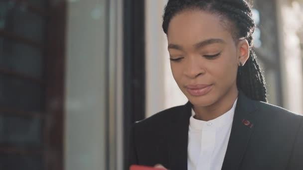 Elegáns afro üzletasszony elküldés audio hang üzenet-ra cellphone-on szabadban történő beszélő-hoz mozgatható segéd-. Üzleti hölgy dreadlock segítségével okostelefon hangfelismerés