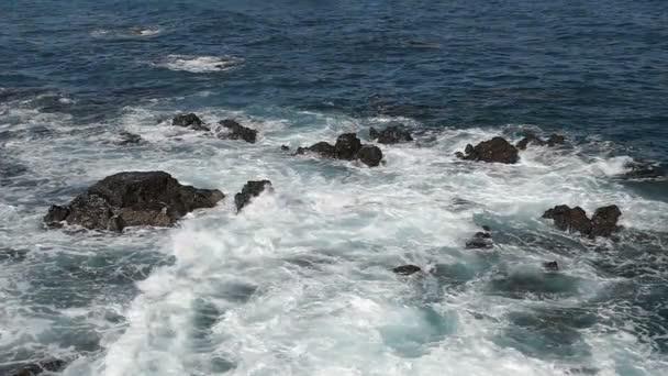 bejövő hullámok a sziklás partvonal lassú mozgás