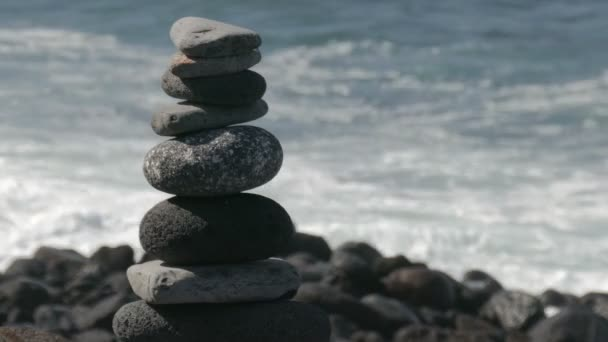 skládané kameny na divoké pobřeží