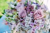 Brautstrauß aus weißen Fliederblüten, Eustoma, Lavendelrosen und Tigerlilie