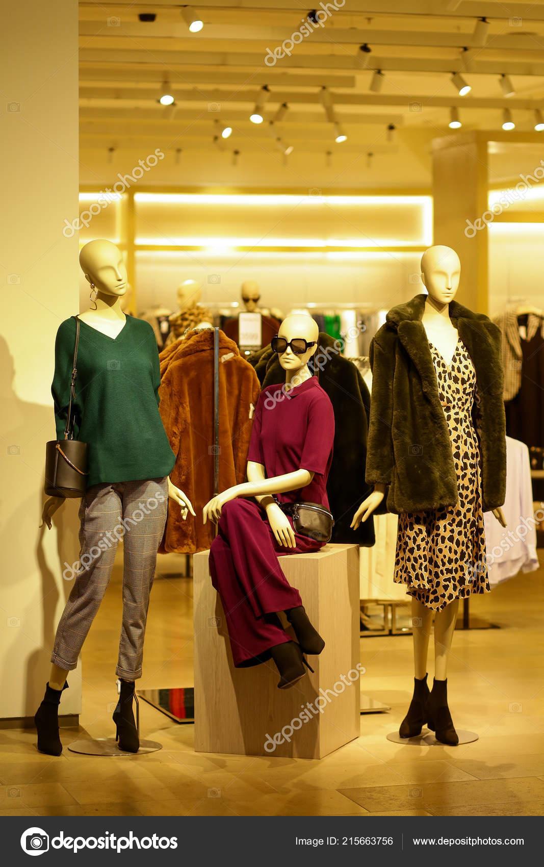 9669188cd8e Mannequins Fashion Accessories Shop Window Showcase Store Mall Market —  Stock Photo
