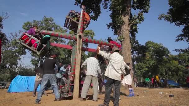 bardia, nepal - 16. januar 2014: traditionelles karussell auf dem festplatz während des maggy festivals in bardia, nepal
