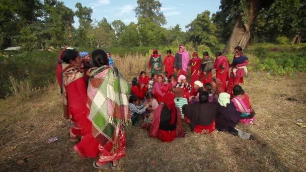 Mirka, Nepál - 16. ledna 2014: Ženy tradiční folklórní tanec Maggy festivalu v Bardií, Nepál