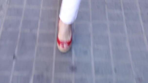 Obchodní žena nohy v botách na vysokém podpatku chůzi