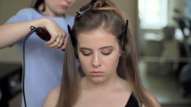 Friseur Macht Die Letzte Stufe Eine Frisur Fur Ein Nettes Madchen Zu Schaffen Professioneller Friseur Stylist Macht Eine Frisur Fur Ein Europaischen Kleines Madchen Im Haus