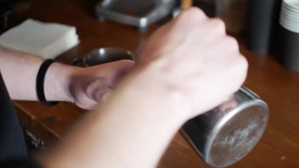 tejhab hozzáadása a kávéhoz, hogy egy csésze cappuccino