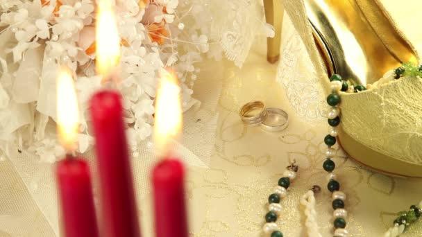 boty nevěsta se svíčkami a květinami