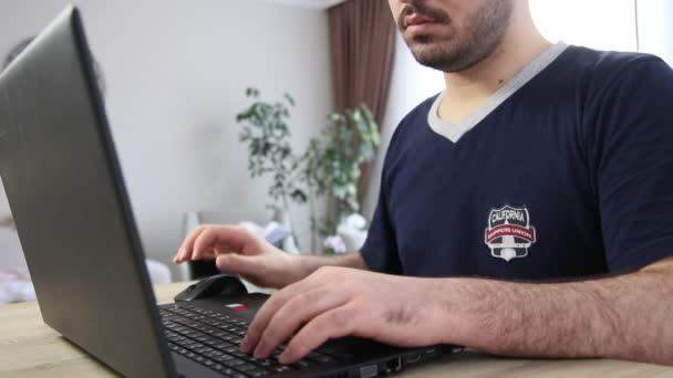 mladý muž počítač pomocí
