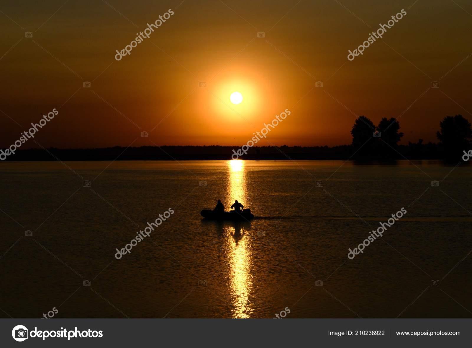 Мы взяли с собой резиновую лодку и на рассвете