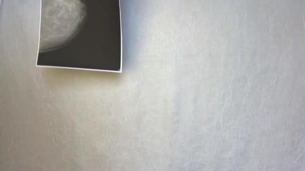 Internationales Symbol des Breast Cancer Awareness Month im Oktober. Satin rosa Band Bewusstsein Kopie Raum. Frauengesundheitsversorgung und medizinisches Konzept. reife Frau zeigt Symbol für Bewusstsein, Hoffnung und moralische Unterstützung für Brustkrebs