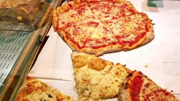 Italská Pizza. Čerstvě upečená tenká kůra z pizzy nakrájené na čerstvě opečenou italskou pizzu s houbami, rajčaty a sýrem