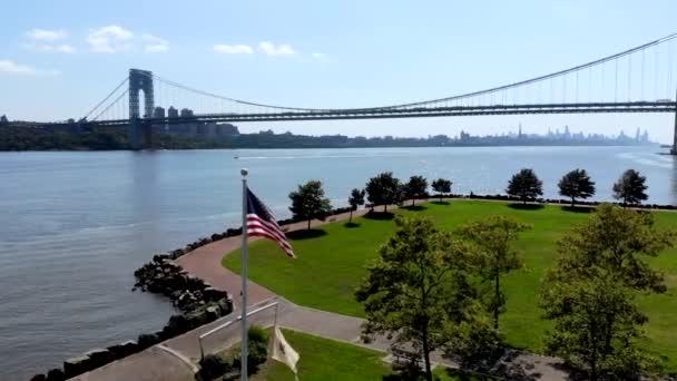 Letecký pohled na americkou vlajku s most George Washingtona v Fort Lee, Nj na pozadí. George Washington Bridge je visutý most přes Hudson River připojení Nj na Manhattanu, New York.