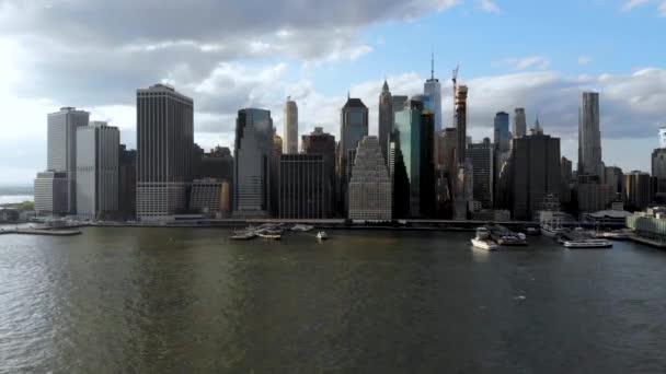 Atemberaubenden Blick auf die Skyline von Manhattan, New York, Usa. Panorama Skyline mit Wolkenkratzern und Bankenviertel und Hudson River von Brooklyn pier