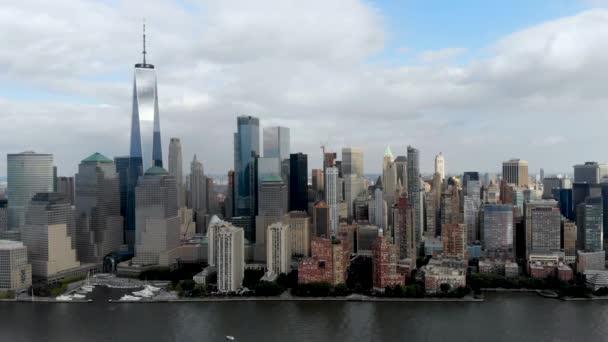 Ohromující pohled na panorama Manhattanu s World Trade Center, New York, Usa. Panoramatické Panorama s mrakodrapy a finanční čtvrti a řeky Hudson