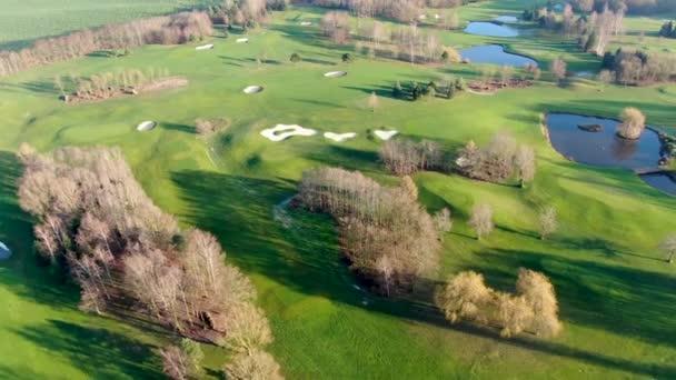Letecký pohled na krásné zelené golfové hřiště v zimním období v jižně od Belgie, Evropa.
