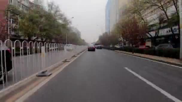 Zeitraffer. Pow - Standpunkt. Auto fahren auf einer Straße während der extremen grauen Verschmutzung Tag. Peking. China. 2018 / 11 / 14