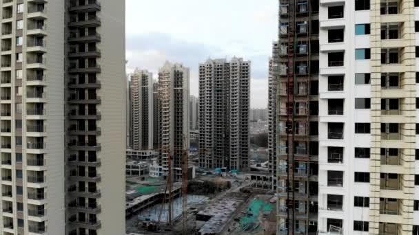 Letecký pohled na masivní stavební pozemky ve stavebnictví s věžový jeřáb. Stavební bloky byt ve stavebnictví při vývoji součástí města Tianjin v Číně. Realitní staveniště.
