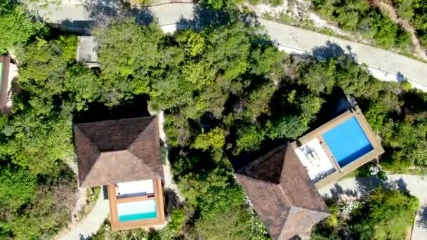 Luftaufnahme des Luxus-Villa mit Pool im tropischen Regenwald. Tropische Villa mit Swimmingpool unter tropischen Garten mit Palmen, direkt an der Küste. Praia de Forte, Bahia, Brasilien