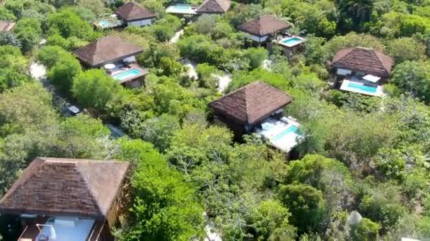 Luftaufnahme des Luxus-Villa mit Pool im tropischen Regenwald. Tropische Villa mit Swimmingpool unter tropischen Garten mit Palmen, direkt an der Küste. Praia Do Forte, Bahia, Brasilien