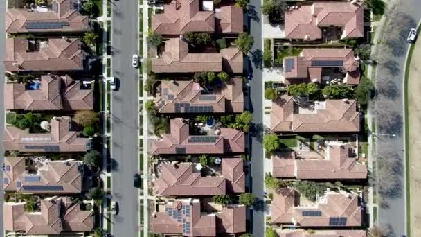 Légifelvételek külvárosi környéken azonos gazdag villas, egymás mellett. San Diego, Kalifornia, Usa. A légi felvétel a lakó modern felosztása luxus ház medencével.
