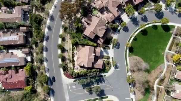 Luftaufnahme Vorstadtviertel mit identischen wohlhabenden Villen nebeneinander. San Diego, Kalifornien, USA. Luftaufnahme von Wohn moderne Unterteilung Luxus-Haus mit Pool.