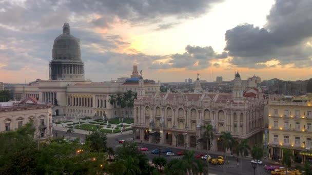 Pohled na národní Capitol Building (El Capitolio) a centrální Park při západu slunce na staré Havaně, na Kubě