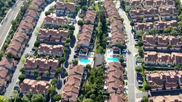 Luftaufnahme Vorstadtviertel mit identischen Villen nebeneinander im Tal. San Diego, Kalifornien, USA. Luftaufnahme von Wohn moderne Unterteilung Luxus-Haus mit Pool.