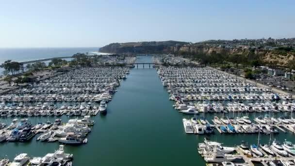 Légi kilátás Dana Point Harbor és az ő vitorláskikötő Yacht és vitorlás. Dél-Orange County, California. Usa