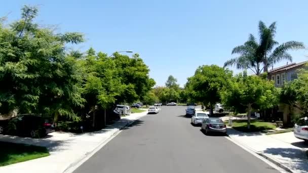Luftaufnahme einer kleinen Straße mit Wohnvillen