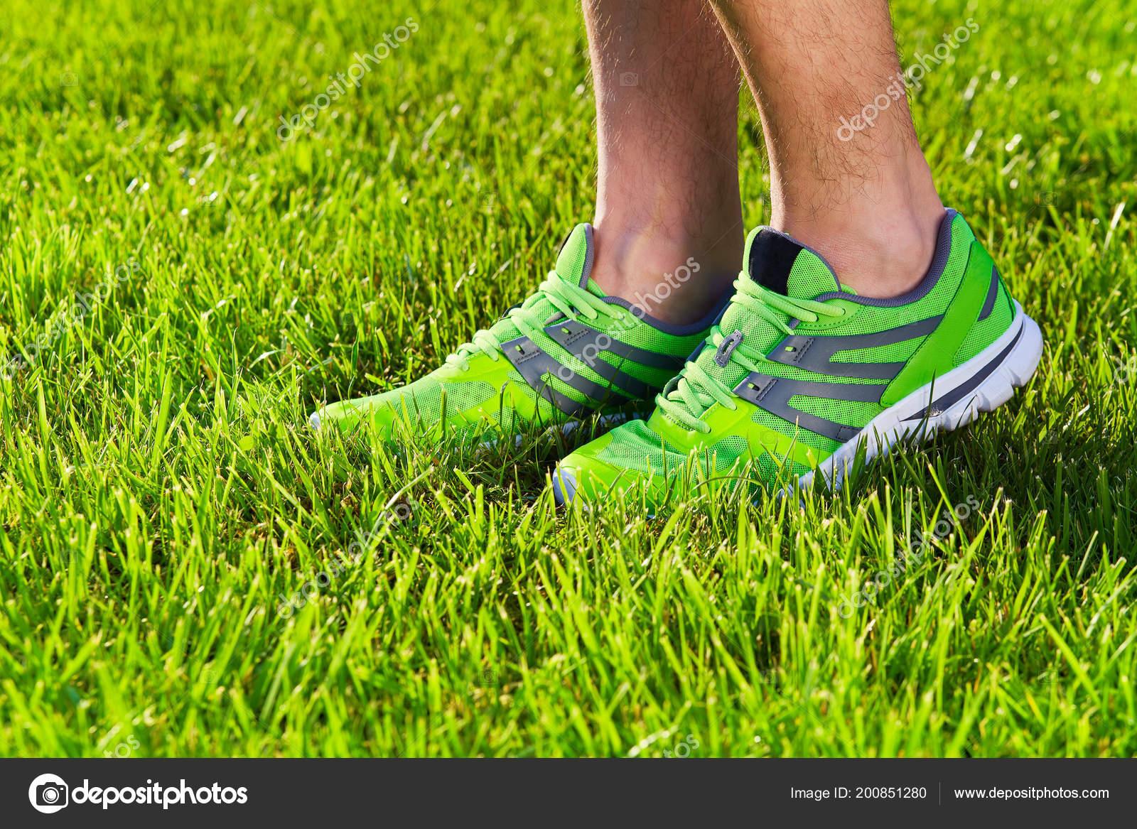 Sportschuhe Turnschuhe Auf Eine Frische Grüne Wiese Sport