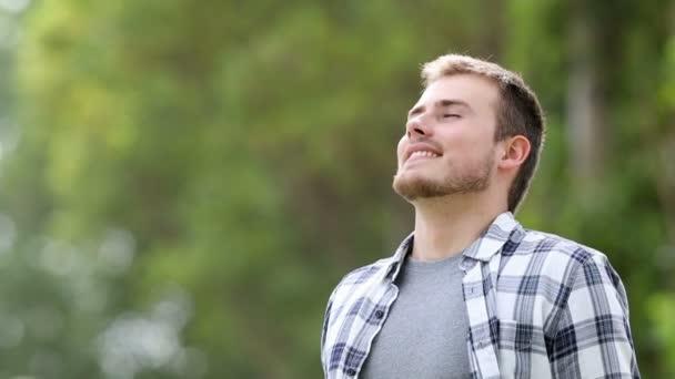 Le contentement : Meilleur moyen pour arrêtez de se plaindre et de retrouvrer le bonheur ! Depositphotos_196675670-stock-video-happy-young-man-breathing-deep