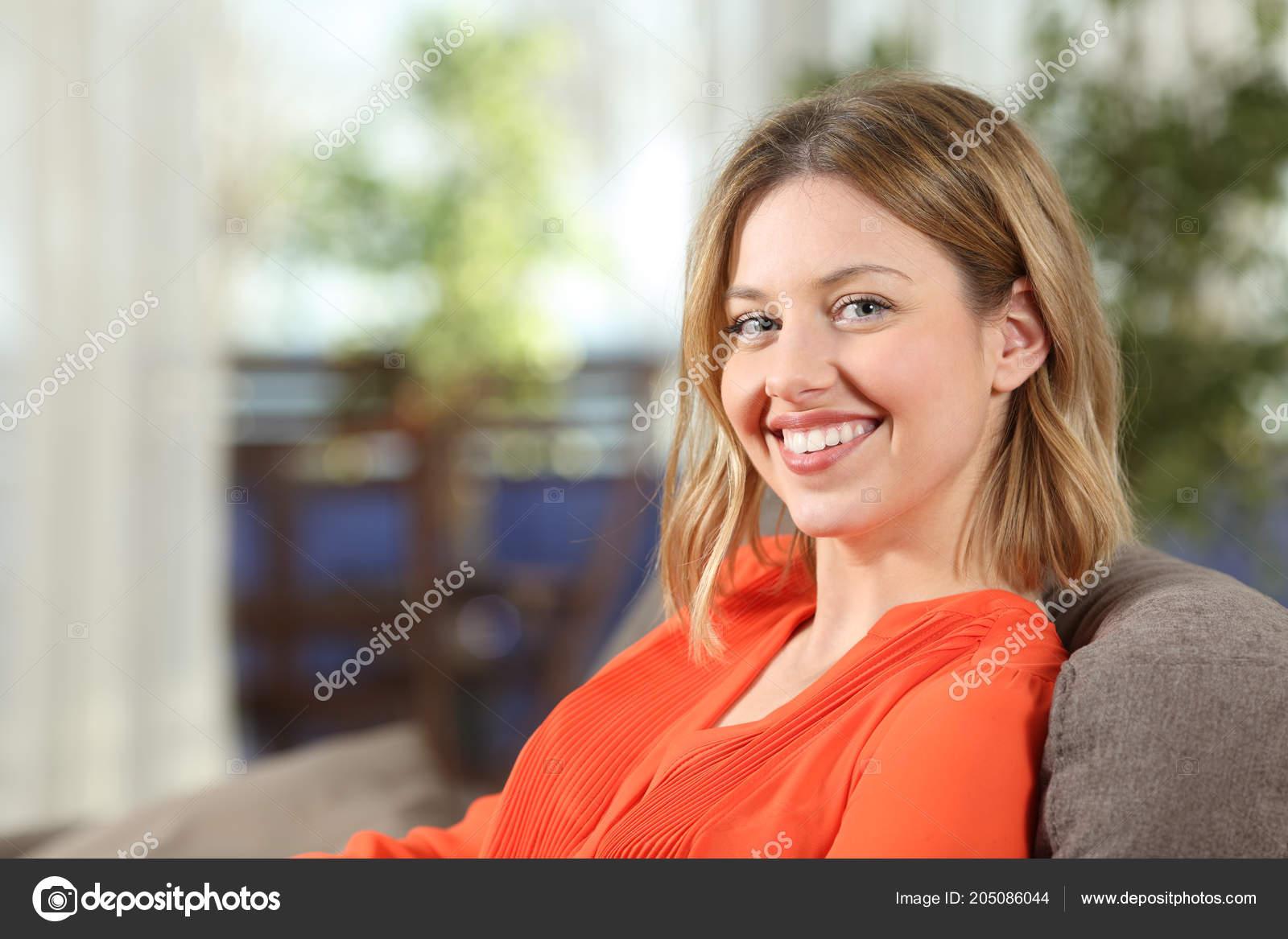 Девки позируют на диване фото, фото выделяется пизда в лосинах