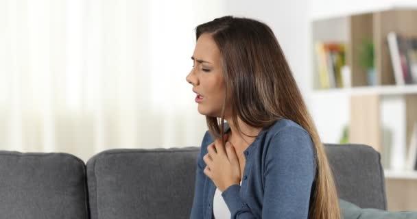 Frau erleidet Asthmaanfall und benutzt zu Hause einen Inhalator