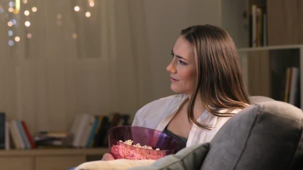 Szomorú, romantikus film, a TV-ben az éjszaka otthon a fotelben ülve nő