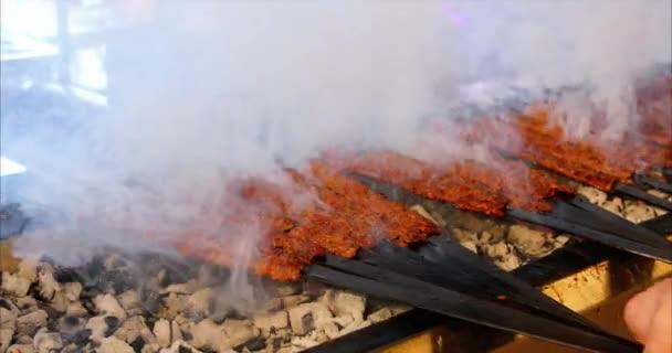 Kebab nebo kebap je v restauraci s kebabem na kovových přadných rožnech a uhlíky.