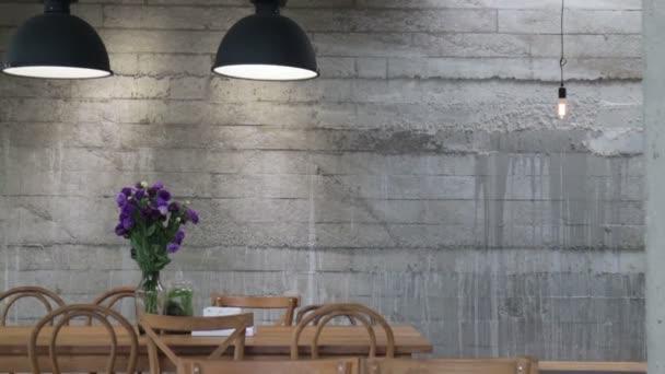 Teplé příjemné kavárně okolní, burzovní záběry